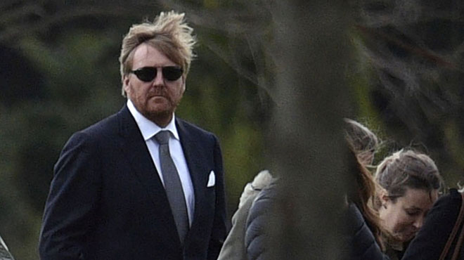 Le roi des Pays-Bas Willem-Alexander aperçu aux obsèques de son controversé beau-père