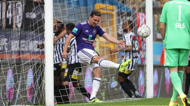 Charleroi surprend Anderlecht et signe un 9 sur 9