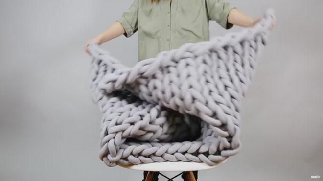 Tricoter une couverture en moins de 45 minutes sans aiguilles c 39 est poss - Tricoter sans aiguilles ...
